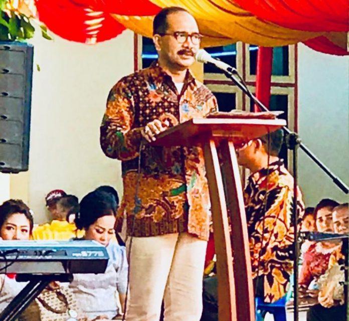 Ket Foto : Firman Jaya Daeli Saat Menyampaikan Kata Sambutan Dalam Pesta Adat Pernikahan Mewakili Keseluruhan Undangan.