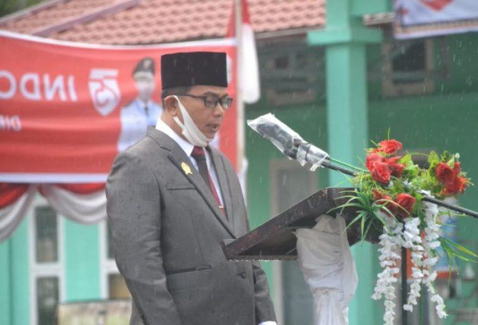 Foto : Ketua DPRD Kabupaten Nias, Alinuru Laoli, Saat Membacakan Teks Proklamasi RI Ke-75 Di Atas Podium
