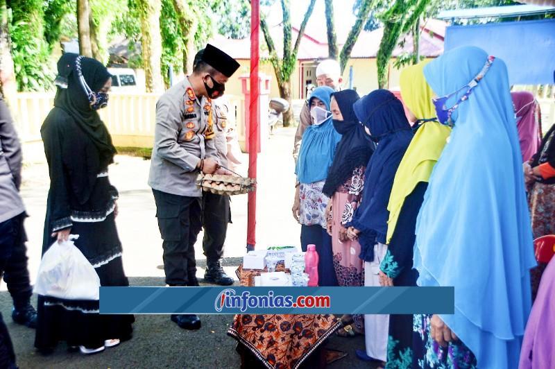 Foto : Kapolres Nias AKBP Wawan Iriawan, S.I.K. Bersama Ibu Ketua Bhayangkari Cabang Nias Ny. Lina Wawan Iriawan, Menyampaikan Tali Asih Kepada 50 Orang Anak Yatim Dan 20 Keluarga Terdampak Covid-19
